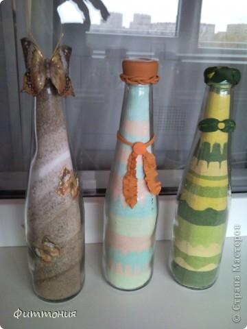 Мне эта работа интересна тем, что меняла  цвет разными способами. Пластику запекаемую уже использовала раньше, а вот декупаж на бутылочке впервые. фото 1