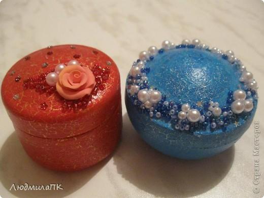 """Вот такие получились мини-шкатулочки из баночек из-под крема. Покрасила в технике """"кракелюр"""", украсила бисером, бусинками и розочкой из пластики. фото 1"""