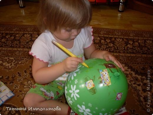 Как и многие дети София(2,10л) любительница наклеек.Конечно можно и на бумаге клеить и рисовать,но на воздушном шарике интересней. фото 2