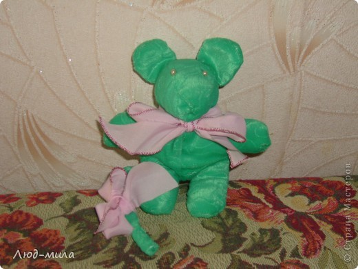 Эти игрушки давным-давно делала моя дочка, еще когда в школе училась. Мышь зеленая. Такая же, только синяя, уехала жить к племяннику в Алтай,  до сих пор прекрасно себя чувствует.  фото 1
