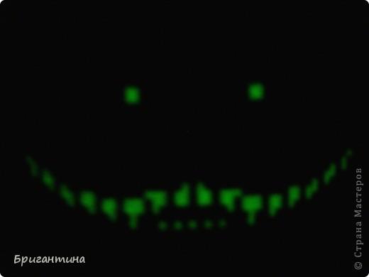 Работу чеширского кота нашла в СМ в разделе бисероплетение, делала без схемы (фото были довольно крупные). Решила вышить крестиком, а не плести из бисера. Добавила брелок котика, стилизовав окраску под бертоновского Чешира. фото 4