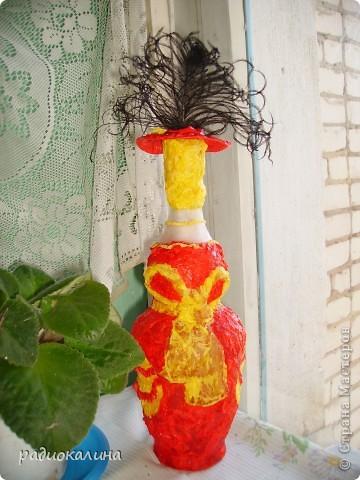 Мои подружки-рукодельницы шьют кукол, интересных и мягких. Мне тоже захотелось куколку, но с характером и яркой внешностью. Подвернулась мне под руки оригинальной формы бутылка, а так как я уже делала кукол на бутылке, то решила попробовать по-другому. фото 3