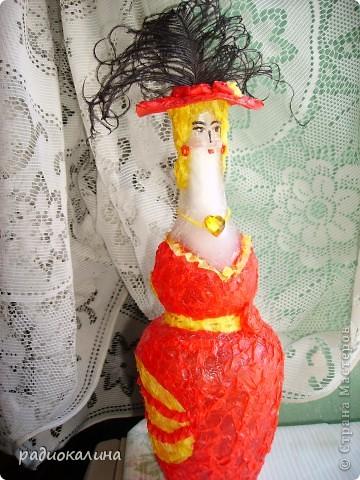 Мои подружки-рукодельницы шьют кукол, интересных и мягких. Мне тоже захотелось куколку, но с характером и яркой внешностью. Подвернулась мне под руки оригинальной формы бутылка, а так как я уже делала кукол на бутылке, то решила попробовать по-другому. фото 5