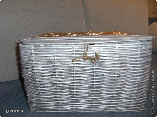 Вот подруге на день рождения оплела коробку под рукоделие (она профессиональная портниха). Коробка из-под электромясорубки (28*40*250). Покрасила краской из баллончика цвета металлик и золото. Очень удобно - прокрашивает все и быстро сохнет, но дороговато. (Поленилась перед началом плетения покрасить саму коробку-основу) фото 2