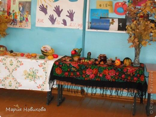 """Ежегодно в нашей школе проходит """"Осенний бал"""". Конкурс природных материалов является одним из главных. Стол 8 класса. фото 2"""