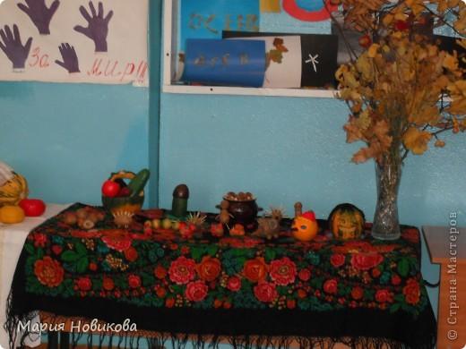 """Ежегодно в нашей школе проходит """"Осенний бал"""". Конкурс природных материалов является одним из главных. Стол 8 класса. фото 3"""