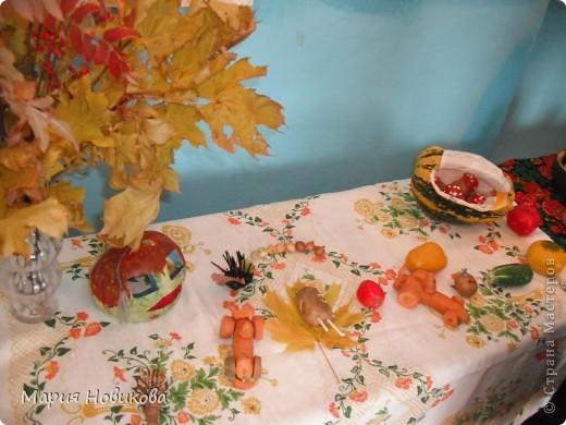 """Ежегодно в нашей школе проходит """"Осенний бал"""". Конкурс природных материалов является одним из главных. Стол 8 класса. фото 4"""
