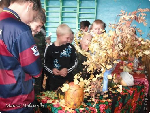 """Ежегодно в нашей школе проходит """"Осенний бал"""". Конкурс природных материалов является одним из главных. Стол 8 класса. фото 5"""