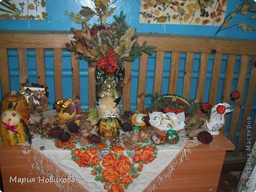 """Ежегодно в нашей школе проходит """"Осенний бал"""". Конкурс природных материалов является одним из главных. Стол 8 класса. фото 1"""