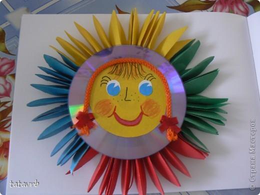 вот такое солнышко у нас получилось. лучики из простой цветной бумаги, ну и добавили от себя немножко