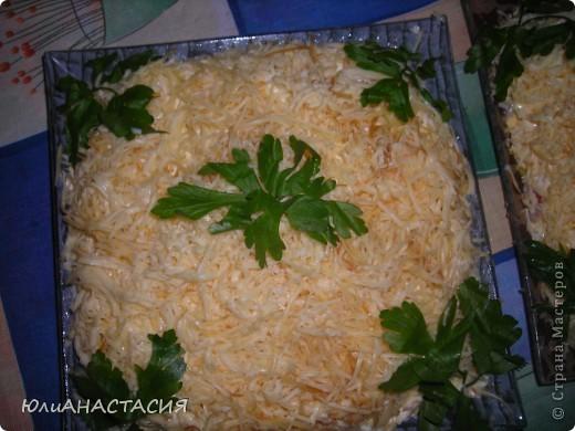 ПОНАДОБИТСЯ: 3 отварных картофеля 3 средних луковицы,порезанные полукольцами 1-2 копченых окорочка 3 отварных яйца 300г колбасного сыра майонез