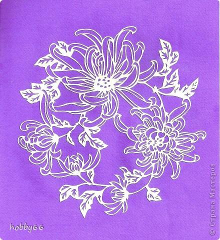 Осеню поздней Ни один не сравнится цветок С белою хризантемой. Ты ей место своё уступи,  Сторонись её, утренний иней!  Сайгё  Видели всё на свете Мои глаза - и  вернулись К вам, белые хризантемы. Иссё