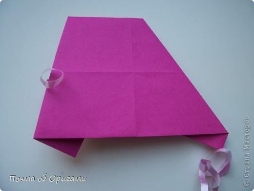 В некоторых странах есть традиция дарить пинетки новорожденным. Даже если в семье за последнее время не происходило пополнения, вот такой оригами-башмачок с оригами-цветами станет красивым украшением для интерьера.  фото 10