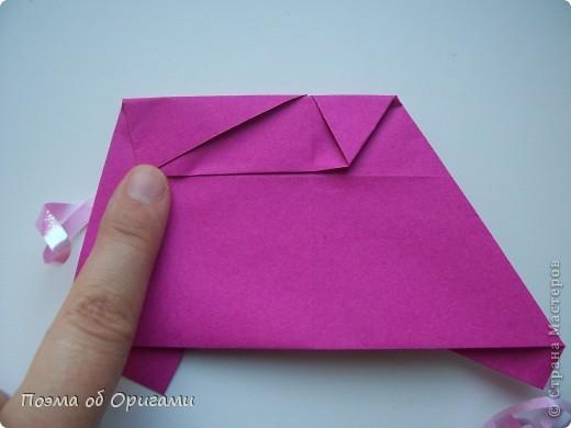 В некоторых странах есть традиция дарить пинетки новорожденным. Даже если в семье за последнее время не происходило пополнения, вот такой оригами-башмачок с оригами-цветами станет красивым украшением для интерьера.  фото 11