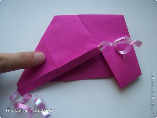 В некоторых странах есть традиция дарить пинетки новорожденным. Даже если в семье за последнее время не происходило пополнения, вот такой оригами-башмачок с оригами-цветами станет красивым украшением для интерьера.  фото 12
