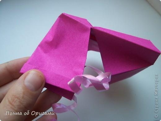 В некоторых странах есть традиция дарить пинетки новорожденным. Даже если в семье за последнее время не происходило пополнения, вот такой оригами-башмачок с оригами-цветами станет красивым украшением для интерьера.  фото 14