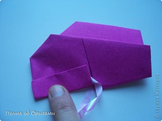 В некоторых странах есть традиция дарить пинетки новорожденным. Даже если в семье за последнее время не происходило пополнения, вот такой оригами-башмачок с оригами-цветами станет красивым украшением для интерьера.  фото 16