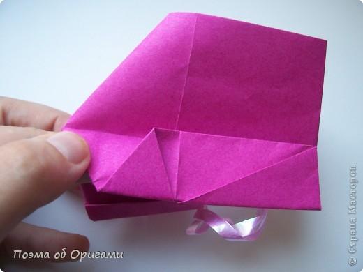В некоторых странах есть традиция дарить пинетки новорожденным. Даже если в семье за последнее время не происходило пополнения, вот такой оригами-башмачок с оригами-цветами станет красивым украшением для интерьера.  фото 17