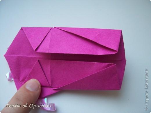 В некоторых странах есть традиция дарить пинетки новорожденным. Даже если в семье за последнее время не происходило пополнения, вот такой оригами-башмачок с оригами-цветами станет красивым украшением для интерьера.  фото 18