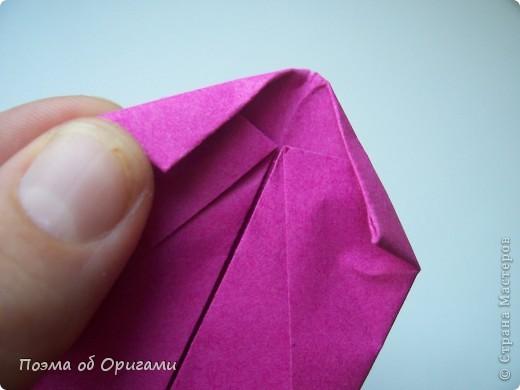 В некоторых странах есть традиция дарить пинетки новорожденным. Даже если в семье за последнее время не происходило пополнения, вот такой оригами-башмачок с оригами-цветами станет красивым украшением для интерьера.  фото 19