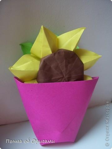 Подсолнухи как символ солнца и одновременно прощание с окончательно ушедшим от нас в этом году теплым летом. Этот чудесный оригами подсолнух придумала Нилва Пиллан (Италия). фото 1