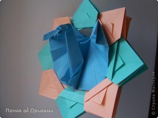 Этого дракона придумал Перри Бейли (США). На востоке драконы, несмотря на весь их грозный вид – это добрые силы, они - связующее звено между миром Земли и божественными Небесами. Кольцо или звезда имеет название «Восемь пятиугольников» и создана Таико Нивой (Япония). В данной интерпретации может быть окном или огненным кольцом, кому уж как больше нравиться:). фото 1