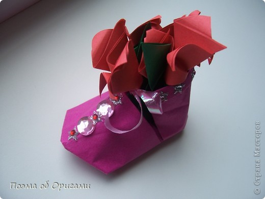 В некоторых странах есть традиция дарить пинетки новорожденным. Даже если в семье за последнее время не происходило пополнения, вот такой оригами-башмачок с оригами-цветами станет красивым украшением для интерьера.  фото 23