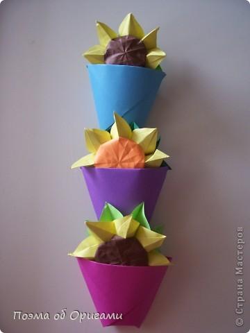 Подсолнухи как символ солнца и одновременно прощание с окончательно ушедшим от нас в этом году теплым летом. Этот чудесный оригами подсолнух придумала Нилва Пиллан (Италия). фото 33