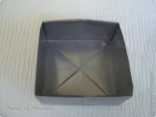 В некоторых странах есть традиция дарить пинетки новорожденным. Даже если в семье за последнее время не происходило пополнения, вот такой оригами-башмачок с оригами-цветами станет красивым украшением для интерьера.  фото 24