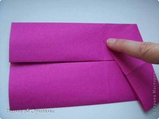 В некоторых странах есть традиция дарить пинетки новорожденным. Даже если в семье за последнее время не происходило пополнения, вот такой оригами-башмачок с оригами-цветами станет красивым украшением для интерьера.  фото 6