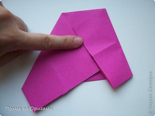 В некоторых странах есть традиция дарить пинетки новорожденным. Даже если в семье за последнее время не происходило пополнения, вот такой оригами-башмачок с оригами-цветами станет красивым украшением для интерьера.  фото 7