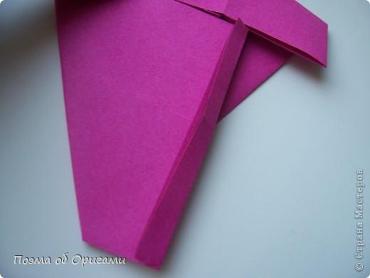 В некоторых странах есть традиция дарить пинетки новорожденным. Даже если в семье за последнее время не происходило пополнения, вот такой оригами-башмачок с оригами-цветами станет красивым украшением для интерьера.  фото 8
