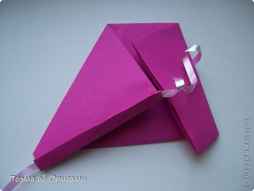 В некоторых странах есть традиция дарить пинетки новорожденным. Даже если в семье за последнее время не происходило пополнения, вот такой оригами-башмачок с оригами-цветами станет красивым украшением для интерьера.  фото 9