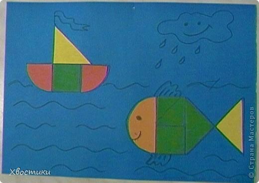 Накопилось у Тимошки много, на мой взгляд, интересных работ. Вот показываю вам. Это наши аппликации из геометрических фигур. Я нарезала из картона фигуры, обвела их на листе. Задача Тимофейки - вклеить (на клей-карандаш) соответствующие фигуры в контур. Полностью справился сам. Устал только на нижнем треугольнике ёлочки - помогла. Делал в 2г 3 мес. Повторяли цвета и фигуры (попутно развивая мелкую моторику, усидчивость и внимательность). фото 3