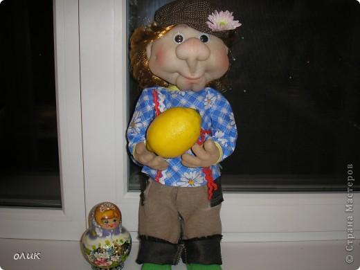 Вот мой первый мальчик, начинала делать куклу-попика, но личико получилось мужское, отложила до лучших времен и вот родился Степа. Имя дали сын с мужем, причем не договариваясь между собой, ну а я согласилась, Степа так Степа. фото 8