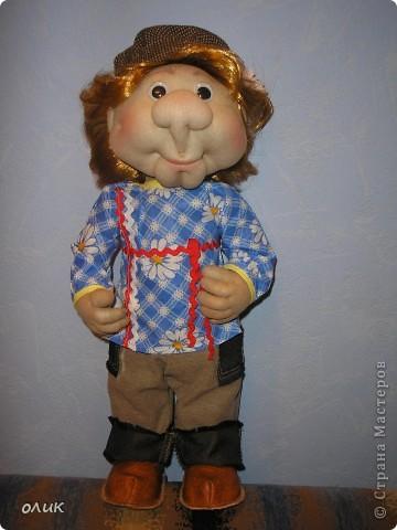 Вот мой первый мальчик, начинала делать куклу-попика, но личико получилось мужское, отложила до лучших времен и вот родился Степа. Имя дали сын с мужем, причем не договариваясь между собой, ну а я согласилась, Степа так Степа. фото 1