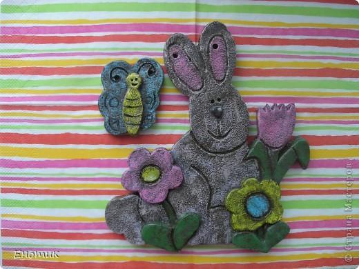 Еще один символ грядущего года--заяц в цветах и в компании бабочки. Всё как всегда: вылеплен, высушен на воздухе, окрашен акриловыми красками по методу <b>ANAID</b>, покрыт лаком. фото 1