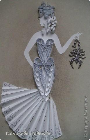 Вот такая смелая и отчаянная дама в футуристическом наряде  не боится держать в руках скорпиона! фото 1