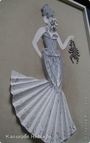 Вот такая смелая и отчаянная дама в футуристическом наряде  не боится держать в руках скорпиона! фото 2