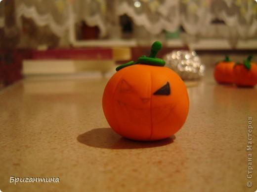 Я решила сделать к Хэллоуину маленькие сувениры для друзей!   Материалы: 1.Полимерная глина FIMO оранжевая и зеленая или цветное соленое тесто На заметку! Если делать из соленого теста, внутрь тыквы лучше положить шарик из фольги. 2.Краска акриловая черная 3.Лак прозрачный 4.Деревяные палочки для шашлычка 5.Супер-клей 6.Черная ткань  фото 14