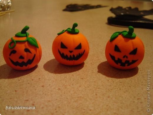 Я решила сделать к Хэллоуину маленькие сувениры для друзей!   Материалы: 1.Полимерная глина FIMO оранжевая и зеленая или цветное соленое тесто На заметку! Если делать из соленого теста, внутрь тыквы лучше положить шарик из фольги. 2.Краска акриловая черная 3.Лак прозрачный 4.Деревяные палочки для шашлычка 5.Супер-клей 6.Черная ткань  фото 15