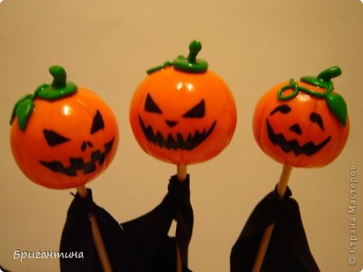 Я решила сделать к Хэллоуину маленькие сувениры для друзей!   Материалы: 1.Полимерная глина FIMO оранжевая и зеленая или цветное соленое тесто На заметку! Если делать из соленого теста, внутрь тыквы лучше положить шарик из фольги. 2.Краска акриловая черная 3.Лак прозрачный 4.Деревяные палочки для шашлычка 5.Супер-клей 6.Черная ткань  фото 2