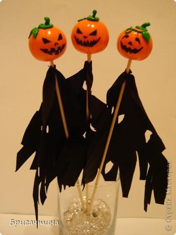 Я решила сделать к Хэллоуину маленькие сувениры для друзей!   Материалы: 1.Полимерная глина FIMO оранжевая и зеленая или цветное соленое тесто На заметку! Если делать из соленого теста, внутрь тыквы лучше положить шарик из фольги. 2.Краска акриловая черная 3.Лак прозрачный 4.Деревяные палочки для шашлычка 5.Супер-клей 6.Черная ткань  фото 1
