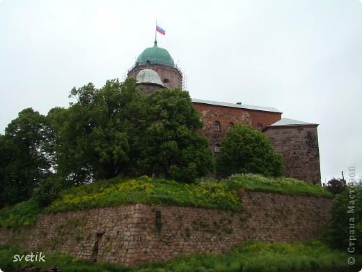 """В нескольких часах езды от Санкт- Петербурга расположен удивительный город- Выборг. Знаменит он своим замком, который мы хотим Вам показать и немного рассказать. Итак, Выборгский замок был основан шведами в 1293 году и является единственным памятником западноевропейского средневекового военного зодчества. Возведен он на небольшом островке.Название переводят как """"Святая крепость""""  фото 1"""