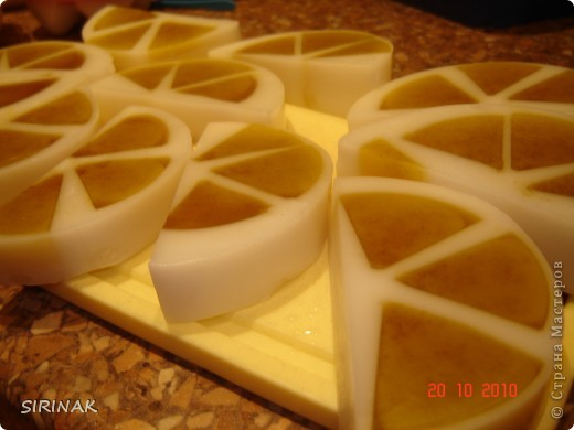 Попробовала еще раз сделать яички, но для желтков уже купила силиконовую формочку для льда, сами яички залиты в скорлупки от киндер-сюрприза фото 3