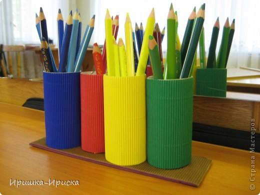 Очень вдохновилась работой: http://stranamasterov.ru/node/85076?c=favorite  Решила сделать нечто подобное, тем более, что в работе с детьми мучалась тем, что на занятии ребята роняли неустойчивые стаканчики, карандаши рассыпались, детки отвлекались! Вобщем одни неудобства. И вот что у меня получилось. Конструкция устойчивая, не падает, карандаши дети расставляют по цветам, что помогает им лучше их запомнить. фото 1
