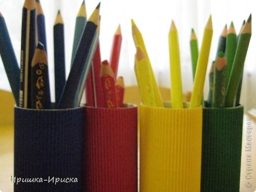 Очень вдохновилась работой: http://stranamasterov.ru/node/85076?c=favorite  Решила сделать нечто подобное, тем более, что в работе с детьми мучалась тем, что на занятии ребята роняли неустойчивые стаканчики, карандаши рассыпались, детки отвлекались! Вобщем одни неудобства. И вот что у меня получилось. Конструкция устойчивая, не падает, карандаши дети расставляют по цветам, что помогает им лучше их запомнить. фото 2