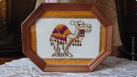 """Вышивка """"верблюженок"""" была создана   в технике счетный крест."""