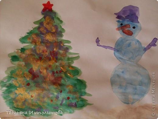 Все работы сделаны за вчерашний день.Я нарисовала акварелью контур ёлочки,снеговика,звезду и морковку.София(2,10л)всё раскрасила и гуашью украсила ёлочку.Рисовали почти в десять вечера,ну а чем мы занимались весь день смотрите. фото 1