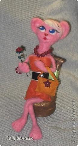 Кошка с розой и сумочкой на стуле фото 1